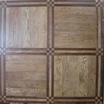 foto parquet a listoni in legno massello con decorazioni quadrate bicolore